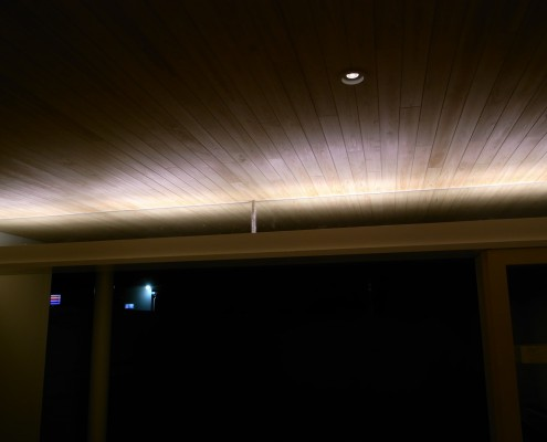 鴨居上に間接照明 デッキと部屋内両方に明かりが得られる
